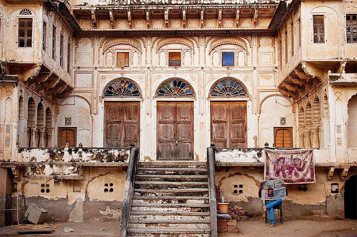 The regal entrance to a Mandawa haveli with its painted arches on the doorway. Pic courtesy: Sarfaraz Siddiqui, New Delhi