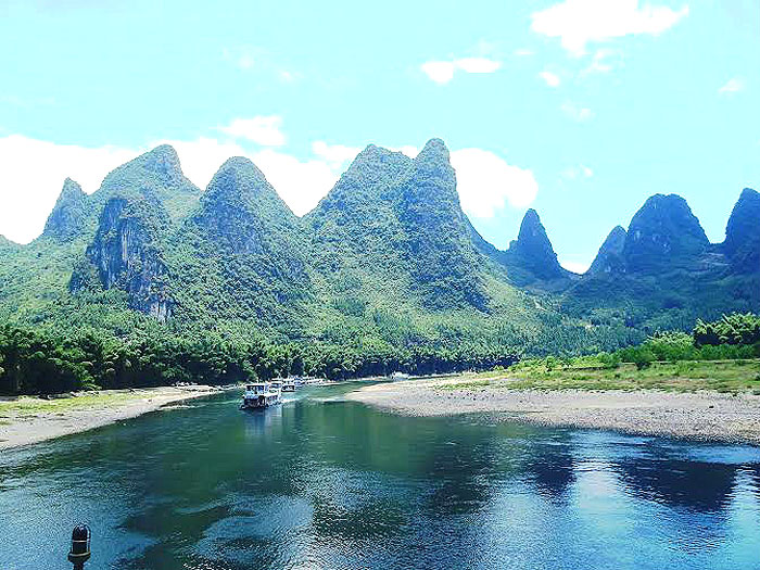 CHINA GUILIN |Adramatic landscape full of natural beauty and historic treasures, Guilin is not all limestone karst but also lakes which make for enjoyable boat rides