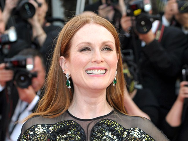 JULIANNE MOORE | Emerald ear rings and a ring from Chopard's Green Carpet Collection