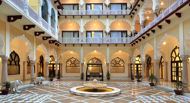 Central courtyard, Deewan-e-aam on the lobby level provides an access from all four sides of the palace